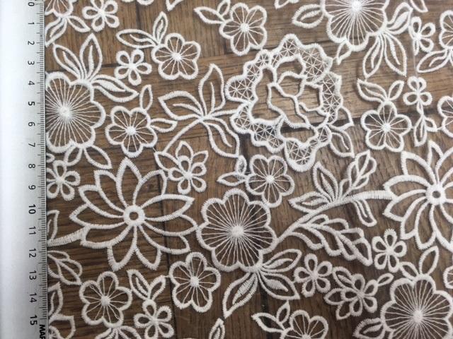 Broderie de fleurs sur organza 6042